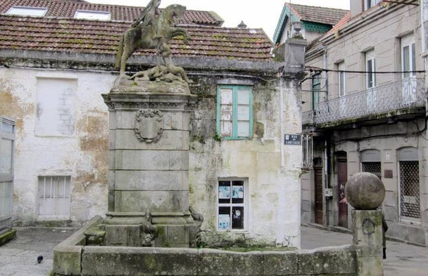 Fountain and statue of Santiago