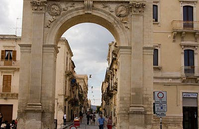 Porta Reale en Noto