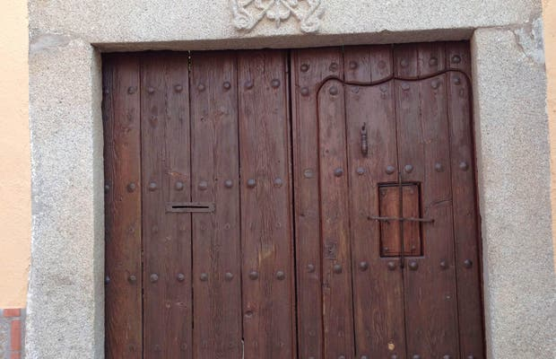 Puerta adintelada con el escudo de Calatrava