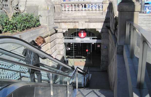 Oficina principal de turismo en plaza catalu a en for Caja de cataluna oficinas