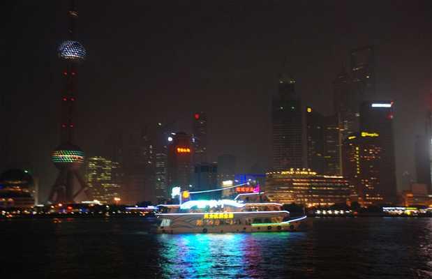 El río Huangpu de noche