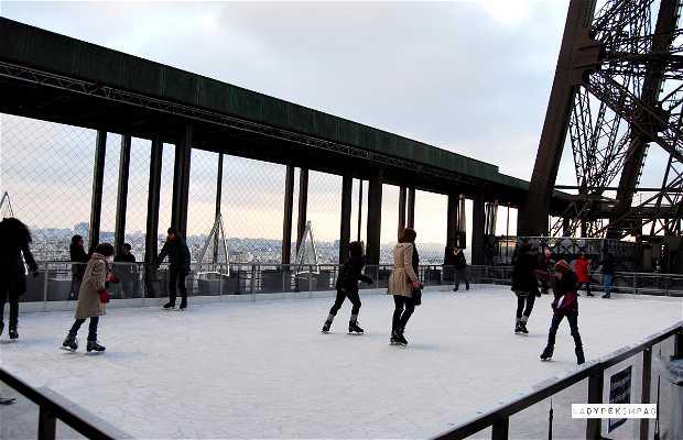 Pista del hielo en la torre eiffel