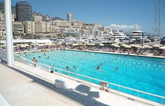 La piscine en plein air de Monaco