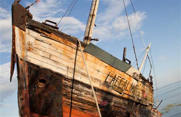 Barco fondeado en la bahía de San Paul