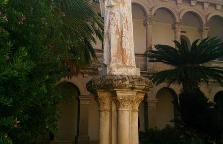 La estatua del claustro