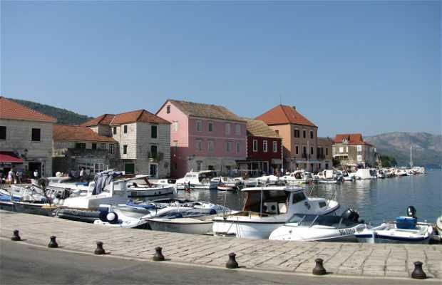 Puerto y bahía de Stari Grad