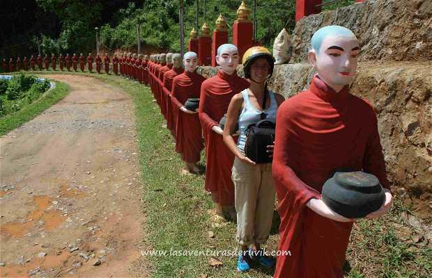 Procesión de estatuas de Monjes Budistas