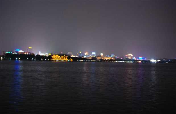 Lago del Oeste de noche