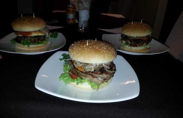 Monster Burger's cll 15 No 37-L40 pasos abajo de la fiscalia 8A etapa de la esperanza