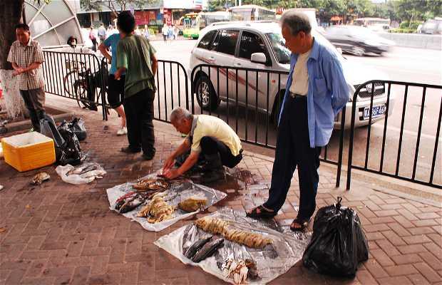 Venta callejera de pescado en Huang Sha