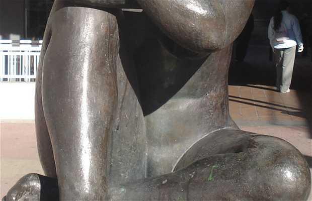 La Plaza del Mid y una Escultura de Mujer