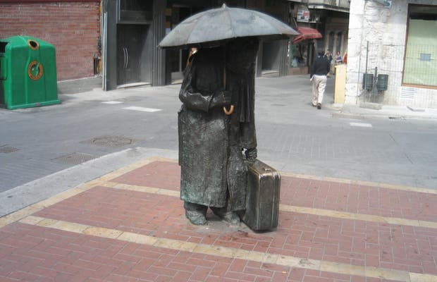 Estatua de hombre con paraguas