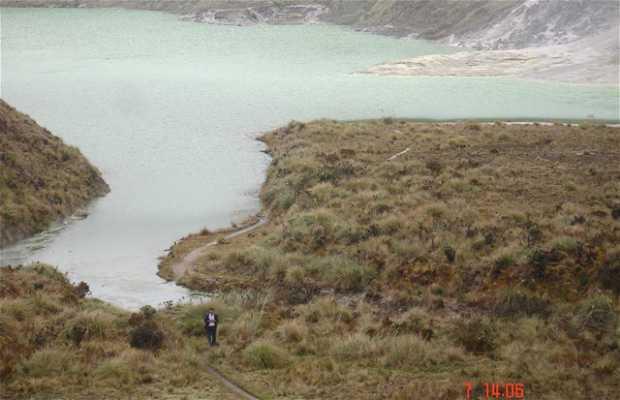 Laguna Verde en el crater del Volcán Azufral
