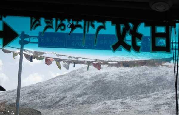 Cruzar las altas montañas en Yushu