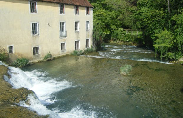Arbois along the water