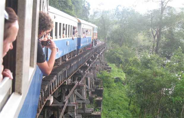 Treno turistico sul fiume Kwai
