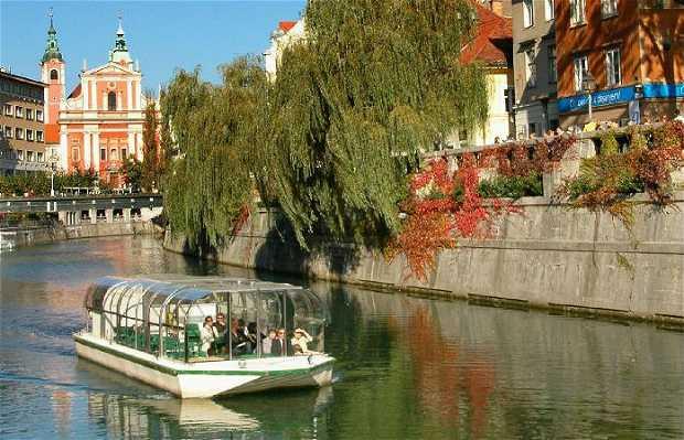 Paseo en barca por el río Ljubljanilla