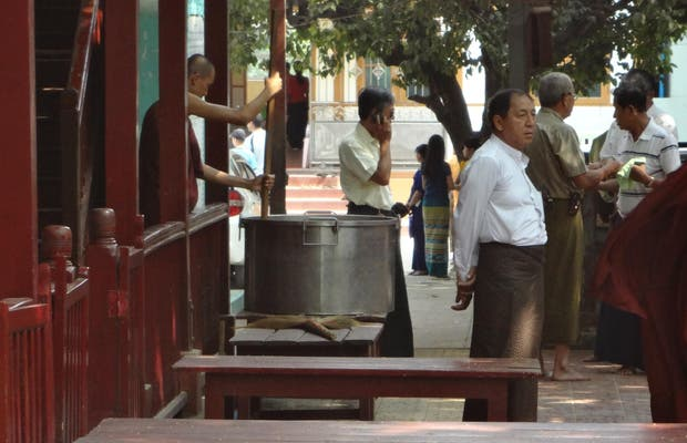 Le repas des moines à Amapura