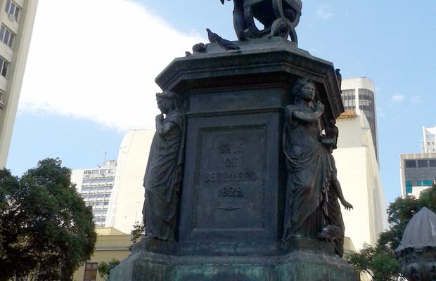 Estatua homenaje a José Bonifacio y Andrade