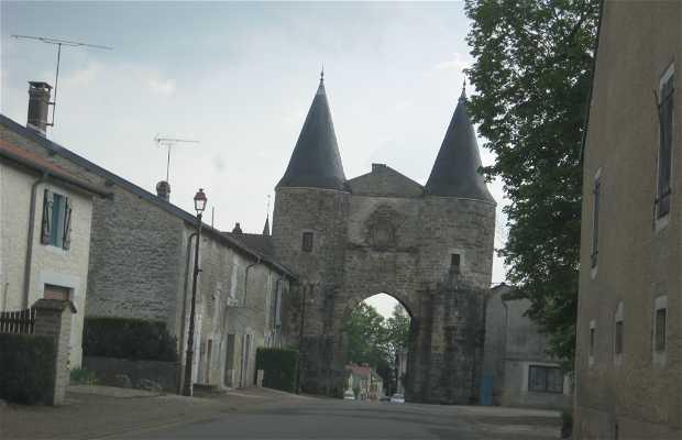 Puerta del pueblo de Reynel