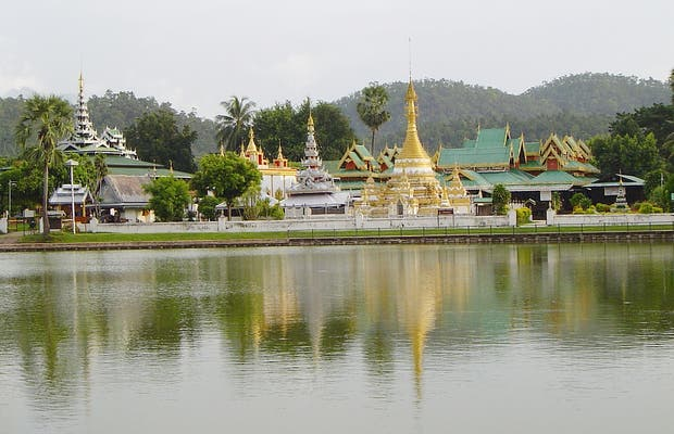 Lago y Templo de Chong Kham