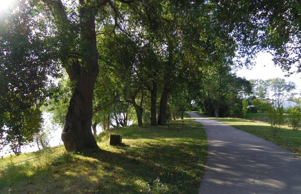 Walk to Bank of the Loire in Rochecorbon