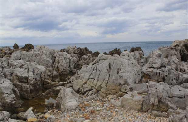 Promenez-vous parmi les rochers de la côte de Cefalù
