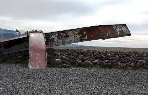 Memorial con puente destruido por avalancha del Vatnajokull
