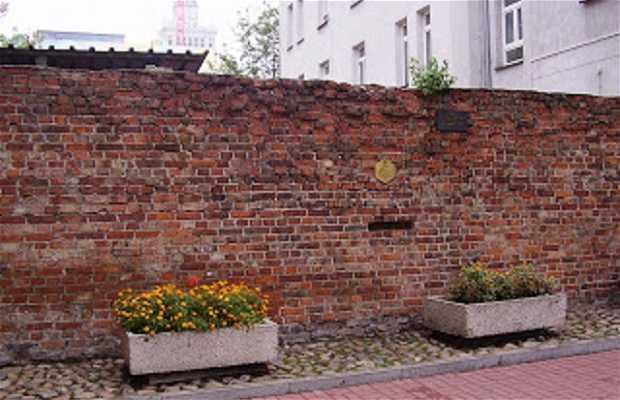 Fragmento del muro del gueto en la calle Sienna 55