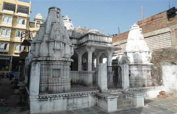 Temple en face du lac Pichola Hotel