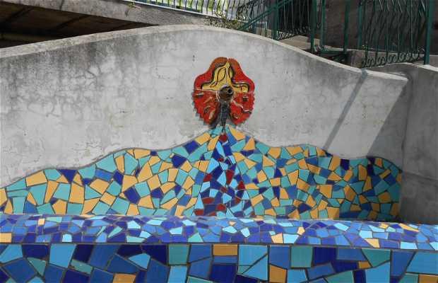 Piazzetta con fontana maiolicata