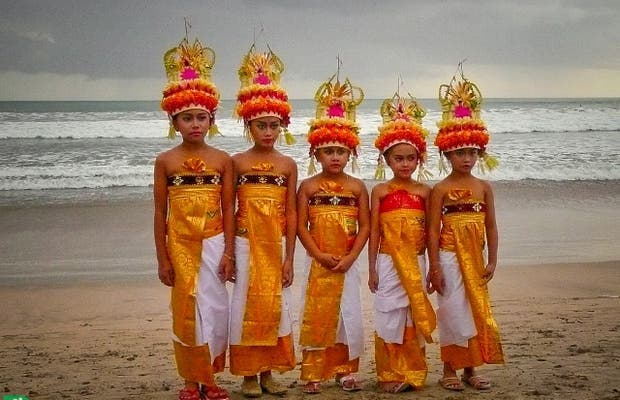 Cerimônia religiosa em Kuta