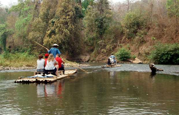 Paseo en balsa de bambú por el río