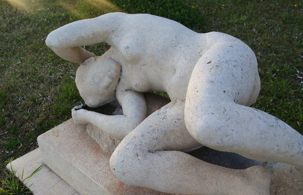 Estatua de la mujer tendida