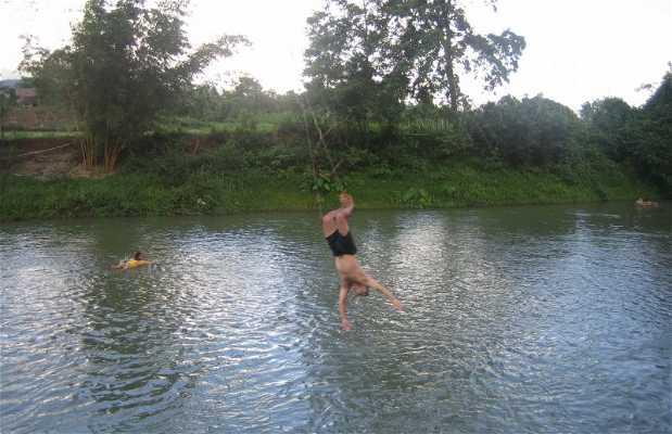Balançoires au-dessus de la rivière Nam Song
