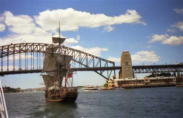 Barco antiguo de guerra en el puerto de Sydney