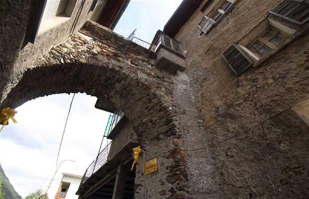 Puerta Bormina y palazzo Venosta-Andrés