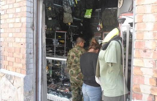 Calle de tiendas militares