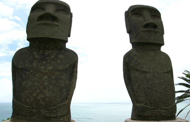 Réplica de esculturas Moai