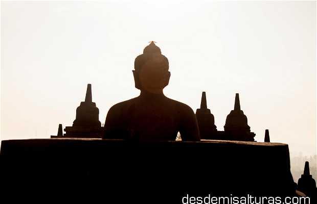 Buda con cabeza en Borobudur