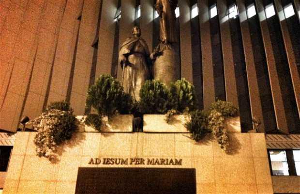 Estatua a la Virgen María y a su siervo Juan Pablo II