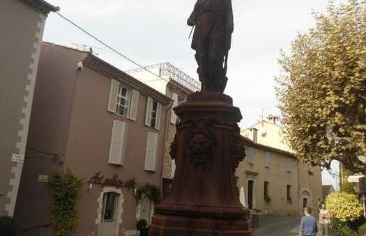 La statue de la place du village