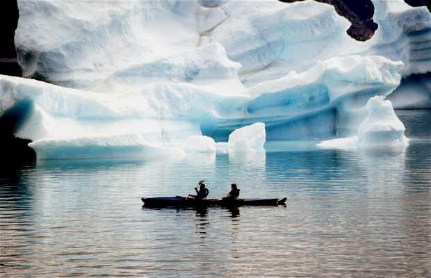 En kayak entre los icebergs de la bahía Disko