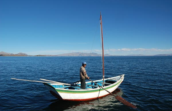 Crossing the Titicaca Lake with a boat and a paddle