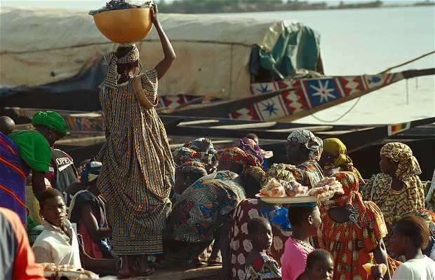 El bar Bozo en el puerto fluvial a orillas del Niger