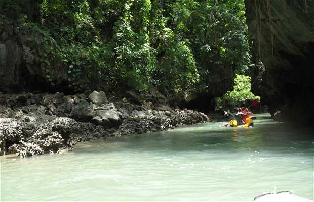 In canoa nel Tham Hua Kra loak