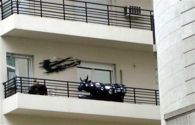 Una vaca en el balcón