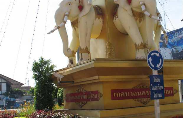 Plaza en honor a Naresuan. Phitsanulok