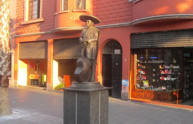 Estatua Cirilo Marmolejo
