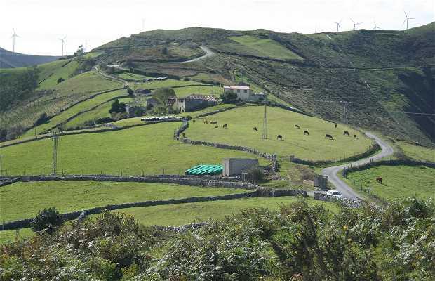 Brañaseca bleu et vert et le parc éolien